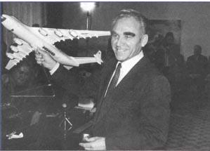 Генеральный конструктор П. В. Балабуев представляет Ан-225 на пресс-конференции 30 ноября 1988 г.