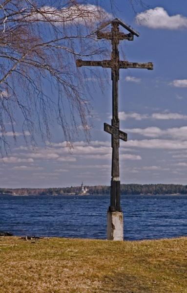 Крест на берегу Волги в городе Мышкин